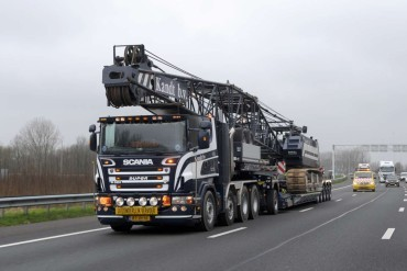 Broshuis shows trends in transporting construction machinery